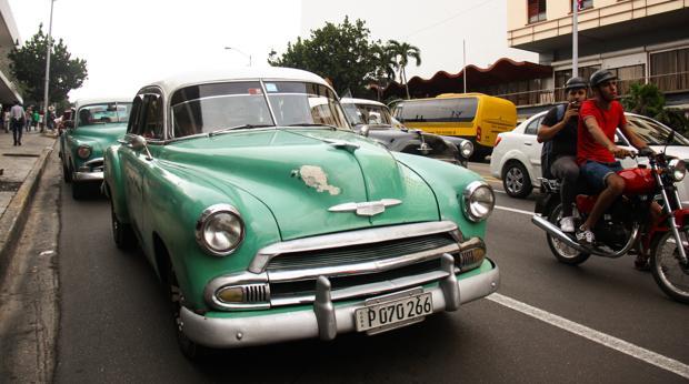 Un viejo Chevrolet circula por una calle de El Vedado, en La Habana