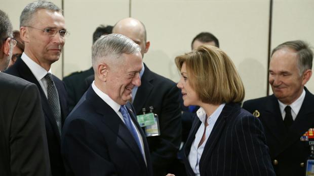 La ministra de Defensa, Dolores de Cospedal, saluda al exgeneral Mattis en Bruselas