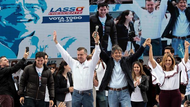 El candidato Guillermo Lasso (c-d), en un acto electoral en Quito