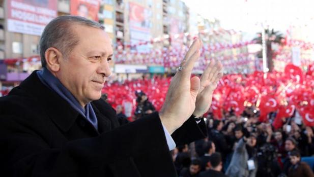 El presidente turco, Recep Tayipp Erdogan, saluda a manifestantes