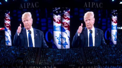 Donald Trump saluda al auditorio en un evento organizado por AIPAC (Comité de Asuntos Públicos Estados Unidos-Israel)