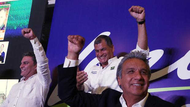 Rafael Correa, junto a Lenin Moreno tras el fin de la jornada electoral