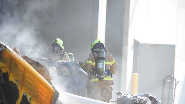 El cuerpo de bomberos intenta controlar el fuego causado por el accidente