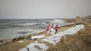 La Media Luna Roja recupera los cuerpos de 74 ahogados frente a las costas de Libia