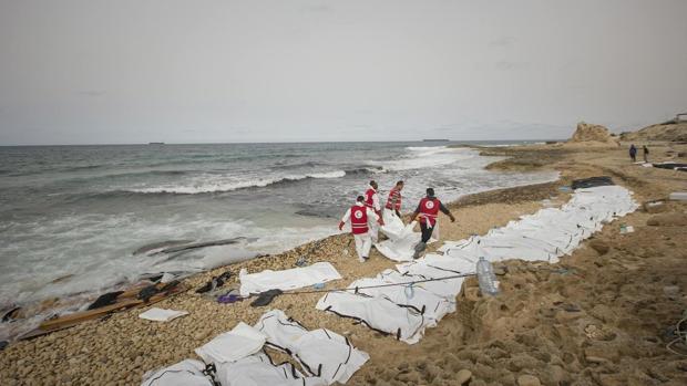 Al menos 74 inmigrantes han muerto en un naufragio frente a las costas de Libia