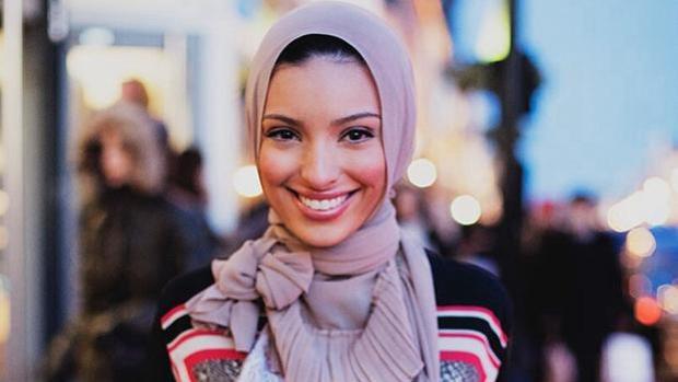 Noor Tagouri, de origen libanés y nacida en Virginia Occidental, fue la primera mujer en salir con un velo en la revista «Playboy»