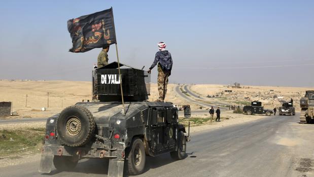 Vehículos del Ejército iraquí en las inmediaciones de Mosul