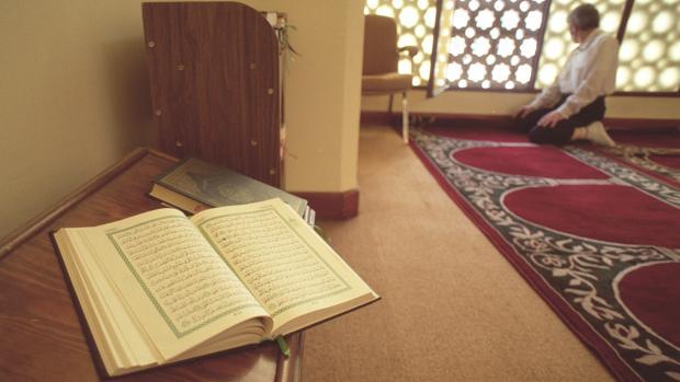 Un Corán abierto en una mezquita