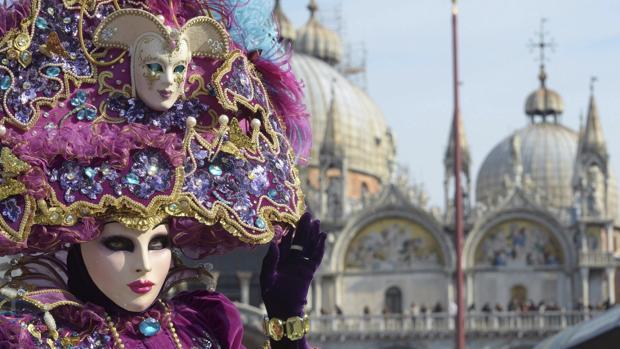 Gente disfrazada celebra el Carnaval de Venecia