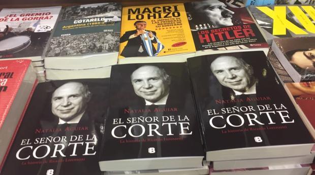 El libro sobre el presidente de la Corte Suprema de Argentina, Ricardo Lorenzetti, poco antes de ser retirado de las librerías