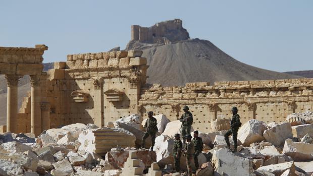 Soldados del régimen sirio, en las ruindas del Templo de Bel en la histórica ciudad de Palmira