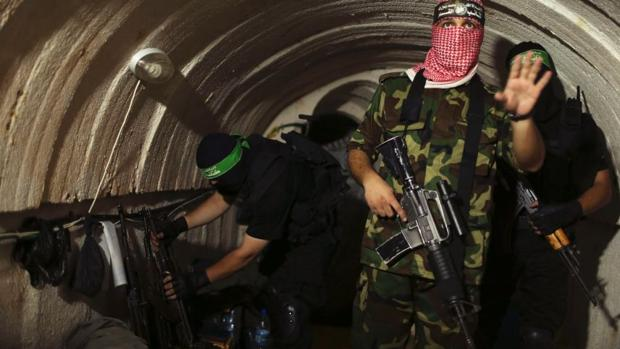 Miembros de Hamás en el interior de un tunel en Gaza, en agosto de 2014