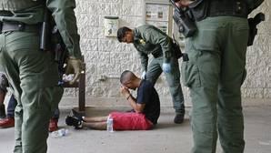 La administración Trump estudia separar a madres e hijos en la frontera con México
