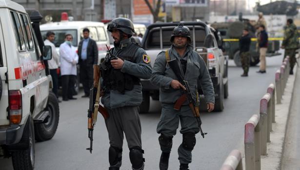 Agentes afganos toman posiciones en la zona del atentado