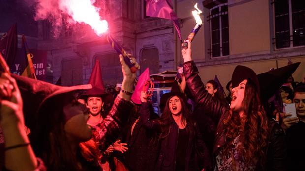 Turcas con sombreros de bruja, durante la marcha con motivo del día de la mujer en una de las principales calles de Estambul