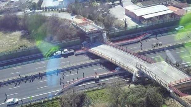 Hemeroteca: Dos muertos al derrumbarse un paso elevado en una autovía de Italia | Autor del artículo: Finanzas.com