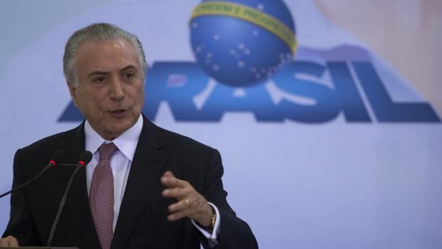 El presidente de Brasil «elogia» a las mujeres por sus cualidades para cuidar el hogar