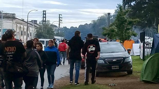 Un grupo de jóvenes se dirigen el sábado al concierto del cantante Carlos Alberto «el Indio» Solari, en la localidad argentina de Olavarría