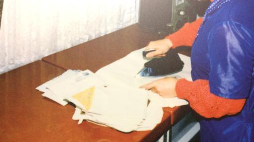 Una foto histórica que muestra cómo una funcionaria de la Stasi abre el correo de una de las personas bajo vigilancia