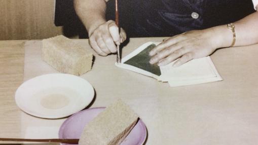 Tras leer el contenido de las cartas, otro operario de la Stasi las cierra cuidadosamente para que lleguen a su destino
