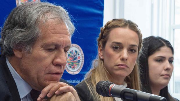 Luis Almagro, Lilian Tintori y otras mujeres de presos políticos venezolanos, durante la rueda de prensa de este lunes, en la sede de la OEA en Washington
