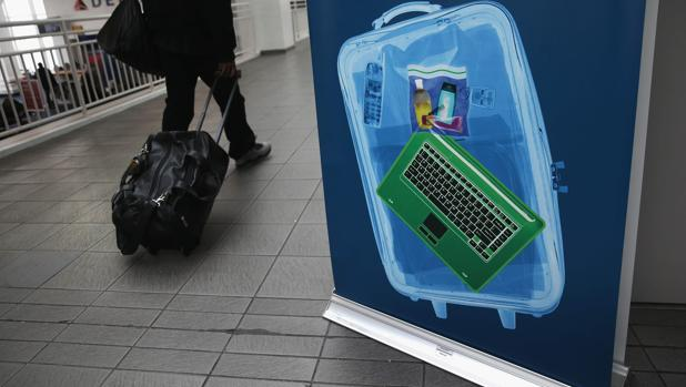 Reino Unido prohíbe también en cabina portátiles y tablets en vuelos procedentes de varios países