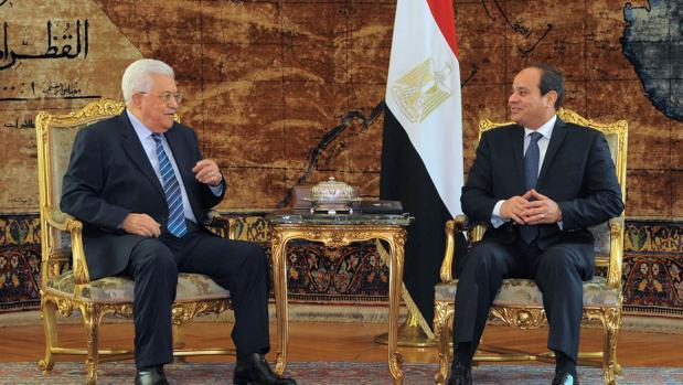 Al Sisi, a la derecha de la imagen, recibe ayer en El Cairo al presidente palestino, Abas