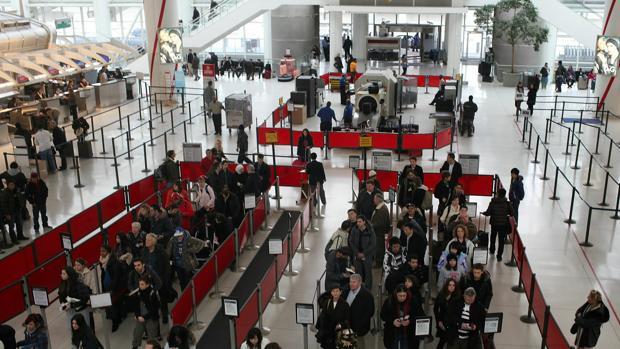 Línea de espera para pasar el control de seguridad en el JFK de Nueva York