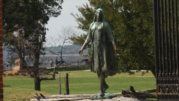 Estatua de Pocahontas en Jamestown, en el Parque Histórico Nacional Colonial de Virginia