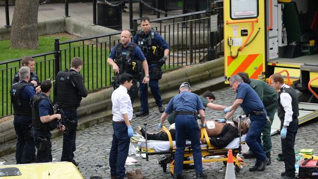 Un equipo sanitario atiende al posible autor del ataque