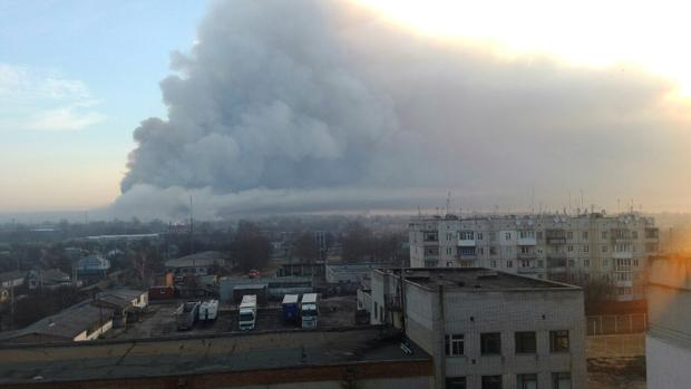 El humo provocado por las explosiones y el incendio en el depósito de armas de Balakleia, en Ucrania