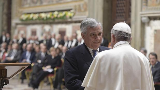 EL papa Francisco (d) saludando al presidente del Parlamento Europeo Antonio Tajani (i) durante una audiencia con motivo del 60 aniversario del Tratado de Roma