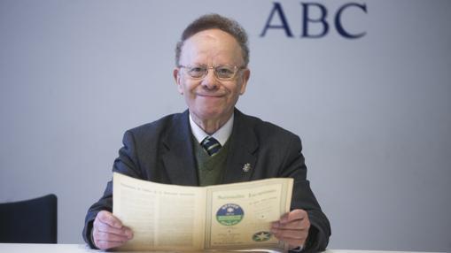 El catedrático de Biblioteconomía Félix Sagredo halló en el Mundaneum de Mons (Bélgica) papeles del plan para una UE. En la imagen, con uno de ellos en la redacción de ABC
