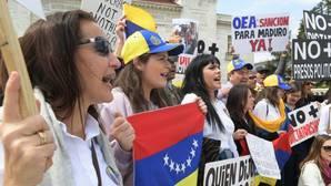Exiliados venezolanos residentes en Washington, DC, salieron a protestar frente a la OEA