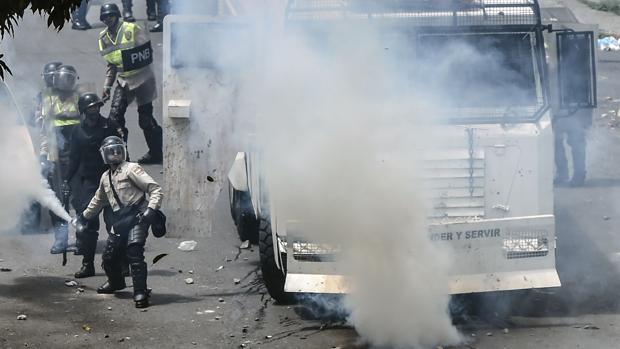 Miembros de la Guardia Nacional Bolivariana lanzan gas contra la oposición durante las protestas contra el Gobierno de Maduro