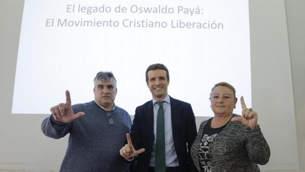 Rosa María Rodríguez (d), Pablo Casado (c) y Carlos Payá (i), durante el homenaje al fallecido Oswaldo Payá, este jueves en Madrid