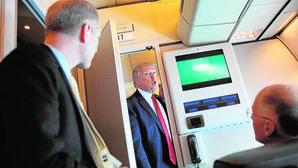 Donald Trump habla ayer con unos periodistas a bordo del Air Force One durante su viaje a Florida
