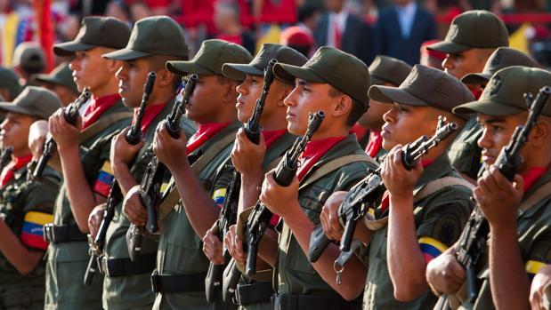 Unos soldados del Ejército venezolano participan en una parada militar