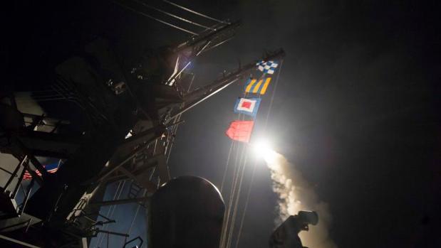 Imagen de uno de los misiles lanzados por Estados Unidos hacia la base militar de Shayrad, en Siria