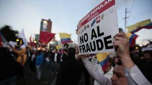 Un partidario de Lasso protesta frente al Consejo Nacional Electoral en Quito