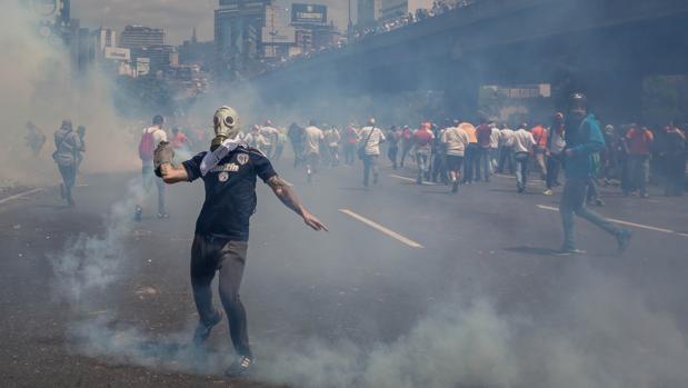 Un grupo de personas participan en una manifestación contra el gobierno venezolano este jueves en Caracas
