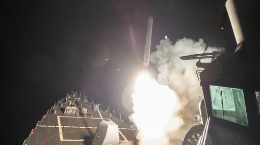 Tomahakw lanzado desde el USS Ross, en imagen difundida por la Marina estadounidense