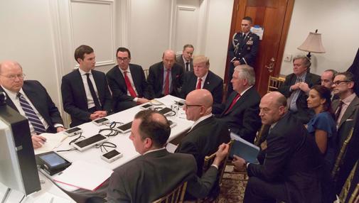 Imagen colgada en Twitter por el secretario de Prensa de la Casa Blanca, Sean Spicer, en la que Donald Trump recibe en su mansión de Palm Beach (Florida) información de su equipo de seguridad nacional sobre la acción militar en Siria