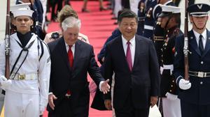 El presidente de China, Xi, JInping, camina junto al secretario de Estado, Rex Tillerson, tras descender del avión que le ha trasladado a Palm Beach, en Florida