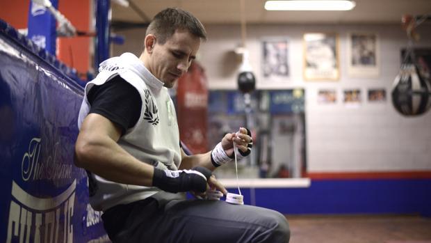 El boxeador hispano-ruso Petr Petrov venda sus manos en el gimnasio del Rayo, en Vallecas
