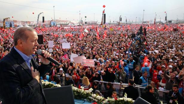 Erdogan insiste en la pena de muerte durante un baño de masas en Estambul