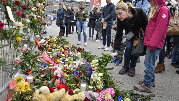 Numerosas personas se han acercado a dejar flores y regalos en memoria de las víctimas del atentado en Estocolmo