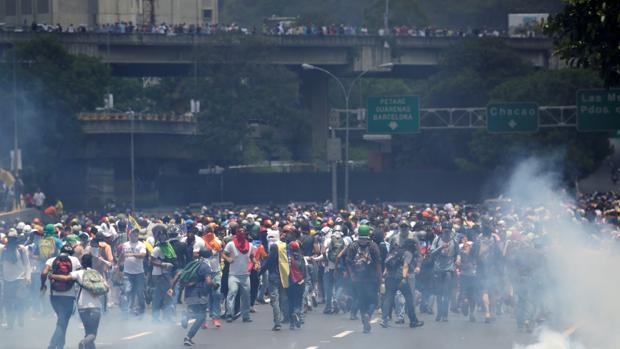 Manifestantes en Caracas huyen de los cuerpos de seguridad