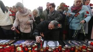 Varias personas depositan velas sobre el retrato de Malyukova Ksenia de 18 años, una de las víctimas del atentado en el metro de San Petersburgo