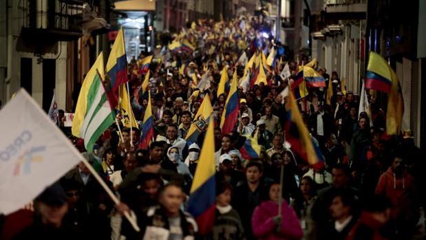 Manifestantes ecuatorianos protestan contra el «fraude» en las elecciones presidenciales, este lunes en Quito